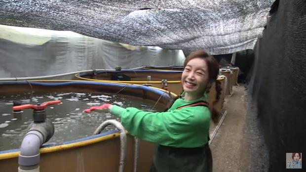 Youtuber Ssoyoung quyết trở thành thánh hải sản: còn tự tay bắt lươn để tiếp tục series mukbang những con bơi dưới nước - Ảnh 1.