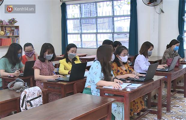Clip: Cận cảnh giáo viên ứng dụng công nghệ 4.0 dạy học trực tuyến trong mùa dịch Covid-19 - Ảnh 1.
