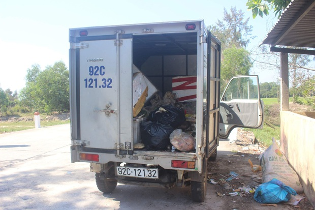Phát hiện tài xế xe tải lén đổ khoảng 100kg thịt gà thối xuống chân cầu - Ảnh 2.