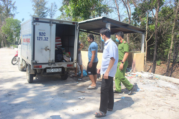 Phát hiện tài xế xe tải lén đổ khoảng 100kg thịt gà thối xuống chân cầu - Ảnh 1.