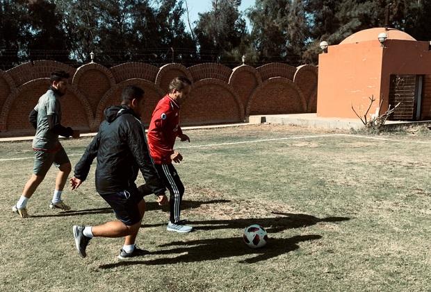 Cụ ông 75 tuổi người Ai Cập luyện tập cùng đồng đội chỉ bằng tuổi cháu, chuẩn bị phá vỡ kỷ lục bóng đá thế giới - Ảnh 1.