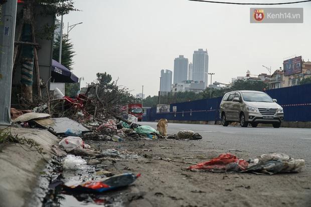 Ảnh: Tuyến đường huyết mạch nối ba quận nội thành Hà Nội bị rác thải 'bao vây'