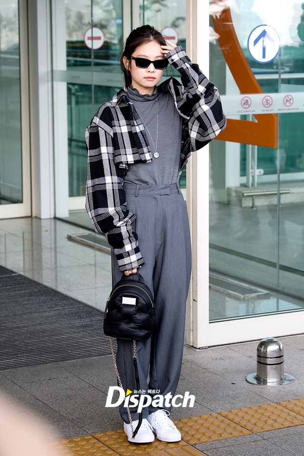 Màn đọ sắc cực hot ở sân bay: Jennie (BLACKPINK) diện style cực lạ, sang chảnh ngút ngàn nhưng có 'cân' được TWICE?