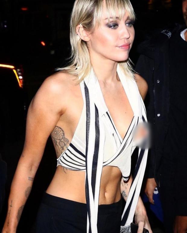 Hớ hênh một cách chủ động: Miley Cyrus mặc áo lộ nhũ hoa rồi điềm nhiên đăng ảnh hô hào fan vào xem - Ảnh 3.