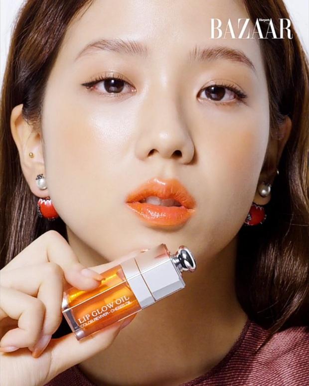 """Jisoo khoe makeup """"quả đào"""", môi căng bóng khiến các nàng chỉ muốn muốn """"bái bai"""" son lì và kiểu hoạ mặt đậm - Ảnh 3."""