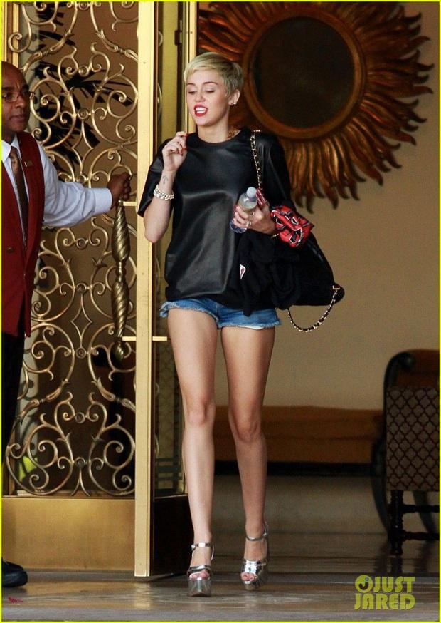 Miley Cyrus thả rông táo bạo tại sự kiện nhưng dân tình chỉ dán mắt vào đôi chân thon nuột nà của cô nàng - Ảnh 5.
