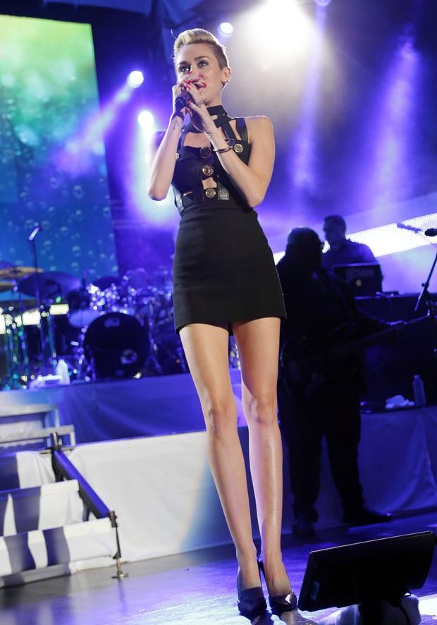 Miley Cyrus thả rông táo bạo tại sự kiện nhưng dân tình chỉ dán mắt vào đôi chân thon nuột nà của cô nàng - Ảnh 4.