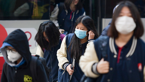Bộ Y Tế: Học sinh không cần thiết phải đeo khẩu trang ở trường, nếu sốt và ho phải chủ động ở nhà! - Ảnh 1.