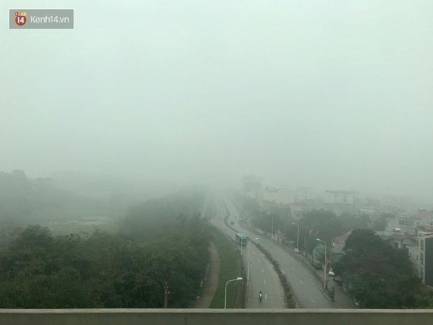 Ảnh, clip: Hà Nội xuất hiện sương mù từ sáng đến chiều trước khi đón đợt không khí lạnh mới vào cuối tuần - Ảnh 8.