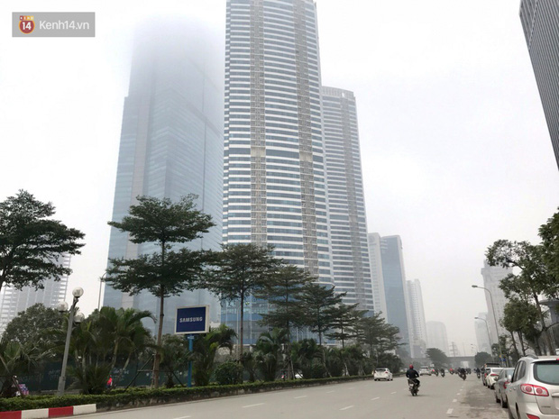 Ảnh, clip: Hà Nội xuất hiện sương mù từ sáng đến chiều trước khi đón đợt không khí lạnh mới vào cuối tuần - Ảnh 6.