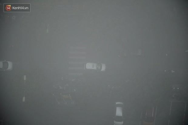 Ảnh, clip: Hà Nội xuất hiện sương mù từ sáng đến chiều trước khi đón đợt không khí lạnh mới vào cuối tuần - Ảnh 5.