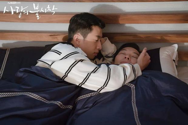 Lộ ảnh giường chiếu hạnh phúc phát hờn của đôi lính Triều Tiên ở Crash Landing On You - Ảnh 1.