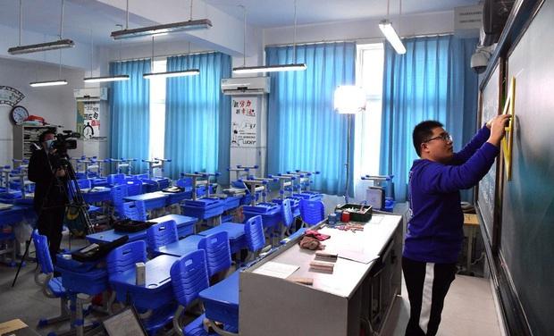 Thầy giáo quên tắt filter má hồng, chào cờ qua TV và hàng tá sự cố học online dở khóc dở cười mùa corona ở Trung Quốc - Ảnh 1.