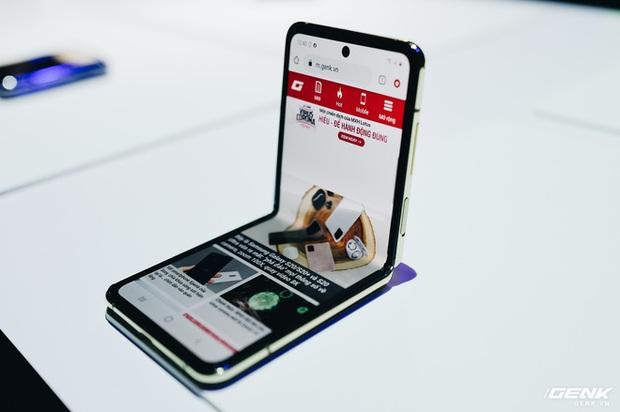 Galaxy Z Flip dành cho dân chơi sành điệu: Phiên bản Thom Browne sẽ có giá 2480 USD, gần gấp đôi so với bản thường - Ảnh 1.
