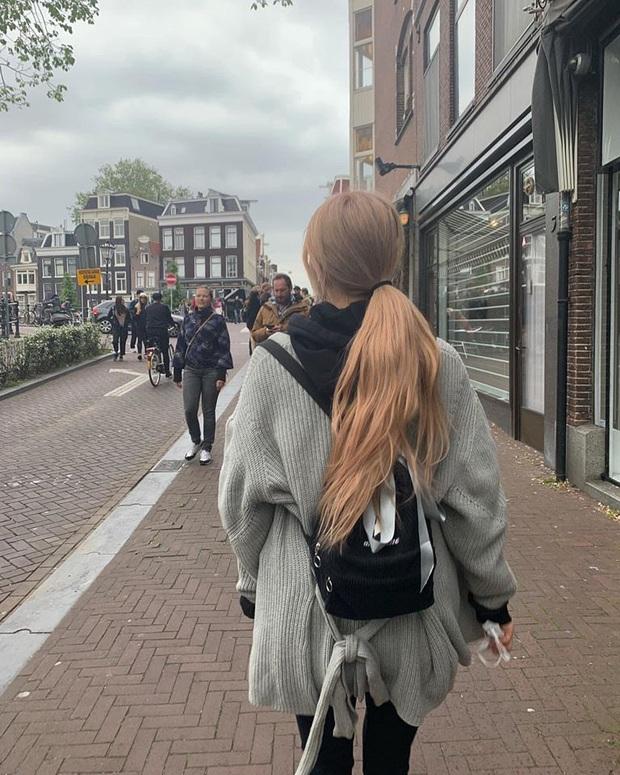 """Album """"phía sau một cô gái"""" của Rosé (BLACKPINK) đang hút cả ngàn likes trên MXH: Nhìn bóng lưng thôi cũng thấy xinh đẹp ngời ngời! - Ảnh 2."""