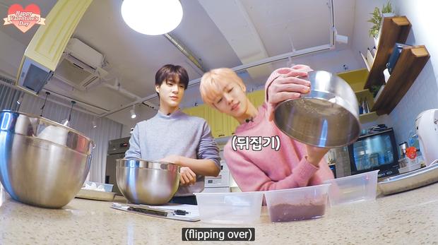 """Lần đầu vào bếp hướng dẫn fan làm bánh kem nhân dịp Valentine, Jaemin (NCT) tăng động đến nỗi """"đồng bọn"""" đứng cạnh cũng phải lắc đầu bó tay - Ảnh 5."""