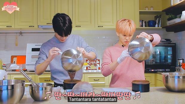 """Lần đầu vào bếp hướng dẫn fan làm bánh kem nhân dịp Valentine, Jaemin (NCT) tăng động đến nỗi """"đồng bọn"""" đứng cạnh cũng phải lắc đầu bó tay - Ảnh 8."""