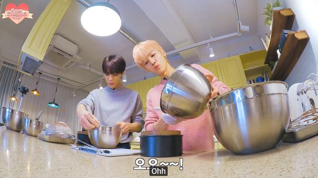 """Lần đầu vào bếp hướng dẫn fan làm bánh kem nhân dịp Valentine, Jaemin (NCT) tăng động đến nỗi """"đồng bọn"""" đứng cạnh cũng phải lắc đầu bó tay - Ảnh 7."""