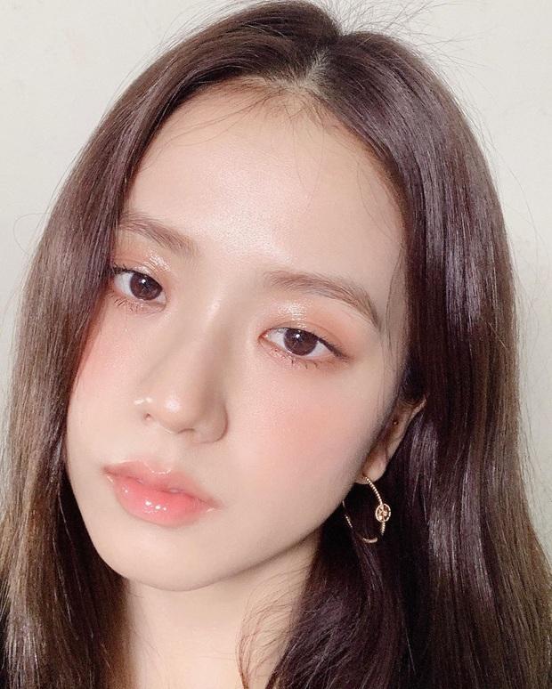 """Jisoo khoe makeup """"quả đào"""", môi căng bóng khiến các nàng chỉ muốn muốn """"bái bai"""" son lì và kiểu hoạ mặt đậm - Ảnh 1."""