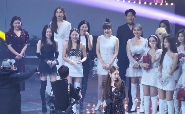 Là idol lão làng kiêm trưởng nhóm SNSD quyền lực, ai dè Taeyeon lại thấy áp lực, bối rối ra mặt khi phải đứng ở vị trí center! - Ảnh 3.