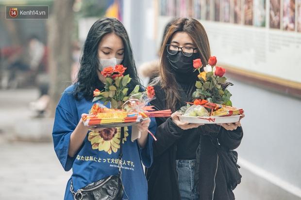Chùa Hà đến hẹn lại lên: Các bạn trẻ đeo khẩu trang rủ nhau đi cầu duyên ngày Valentine - Ảnh 6.