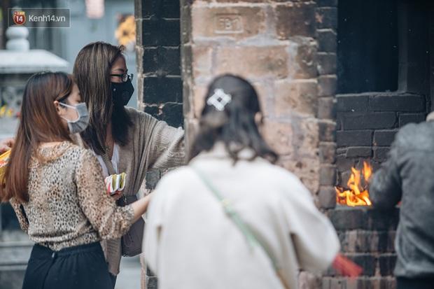 Chùa Hà đến hẹn lại lên: Các bạn trẻ đeo khẩu trang rủ nhau đi cầu duyên ngày Valentine - Ảnh 11.