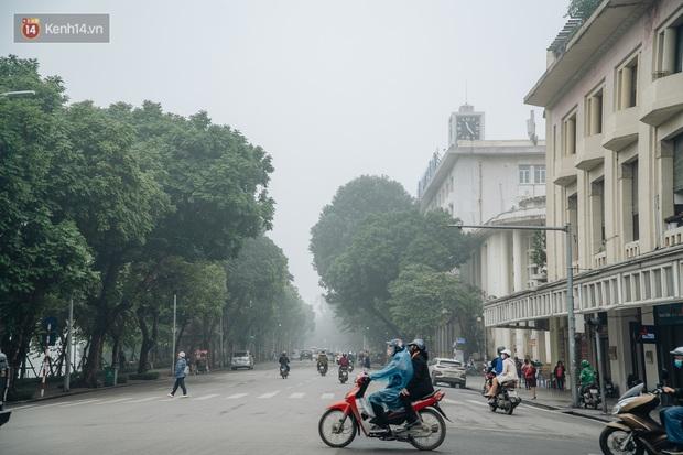 Ảnh, clip: Hà Nội xuất hiện sương mù từ sáng đến chiều trước khi đón đợt không khí lạnh mới vào cuối tuần - Ảnh 2.