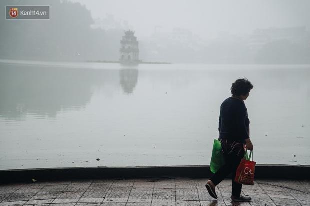 Ảnh, clip: Hà Nội xuất hiện sương mù từ sáng đến chiều trước khi đón đợt không khí lạnh mới vào cuối tuần - Ảnh 4.