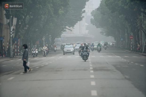 Ảnh, clip: Hà Nội xuất hiện sương mù từ sáng đến chiều trước khi đón đợt không khí lạnh mới vào cuối tuần - Ảnh 11.