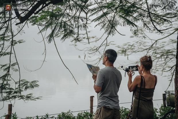 Ảnh, clip: Hà Nội xuất hiện sương mù từ sáng đến chiều trước khi đón đợt không khí lạnh mới vào cuối tuần - Ảnh 12.