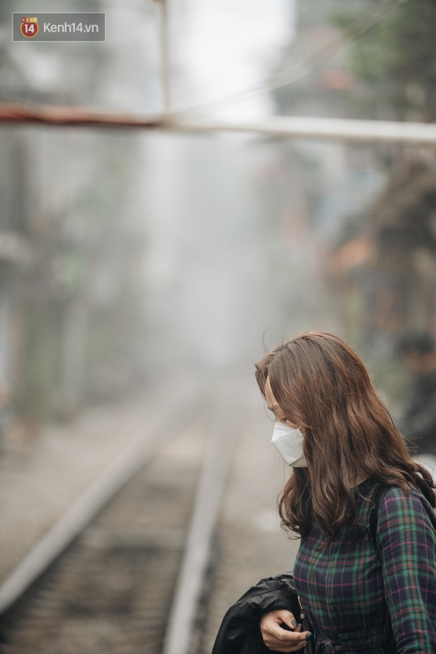 Ảnh, clip: Hà Nội xuất hiện sương mù từ sáng đến chiều trước khi đón đợt không khí lạnh mới vào cuối tuần - Ảnh 14.