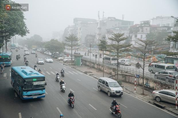 Ảnh, clip: Hà Nội xuất hiện sương mù từ sáng đến chiều trước khi đón đợt không khí lạnh mới vào cuối tuần - Ảnh 15.