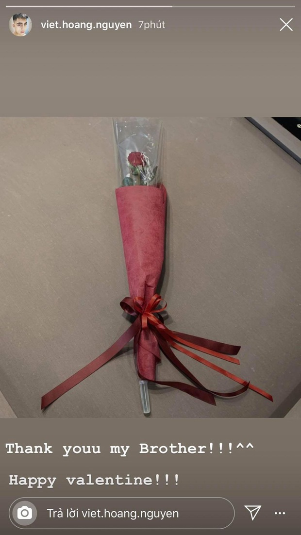 Việt Hoàng khoe hoa hồng ngày Valentine: Tính xắn tay áo tìm info gái nào bạo gan nhìn lại hoá ra là Sơn Tùng, thôi vậy! - Ảnh 1.