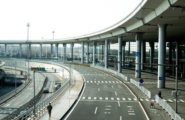 Cảnh tượng hiếm thấy: Hàng triệu người trở lại làm việc nhưng các siêu đô thị Trung Quốc vẫn chìm trong hôn mê vì dịch Covid-19 - Ảnh 5.