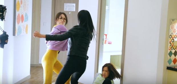 Hương Giang tái sử dụng bộ jumpsuit gợi cảm từng thi Vietnam Idol để đi... đánh nhau trong phim mới? - Ảnh 6.