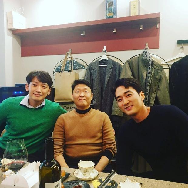 Bức ảnh quyền lực nhất ngày: Psy chung 1 khung hình với Bi Rain và tài tử Song Seung Hun, phản ứng của netizen gây bất ngờ - Ảnh 1.