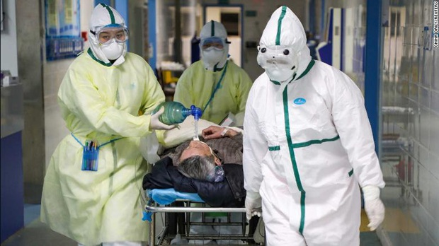 Mỗi khi có người đến khám, tôi phải nín thở - Cơn khủng hoảng tiềm ẩn khi hàng trăm y bác sĩ nơi tiền tuyến chống dịch virus corona có nguy cơ lây nhiễm Covid-19 - Ảnh 2.