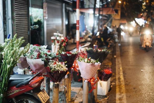 Valentine mùa dịch: Ai cũng khẩu trang kín mít, hàng hoa quà năm nay thất thu ghê - Ảnh 12.