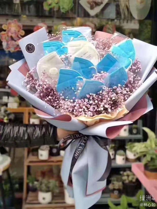 Quà Valentine hot nhất Cbiz hôm nay: Lâm Tâm Như được Hoắc Kiến Hoa tặng bó hoa khẩu trang phòng chống COVID-19 - Ảnh 1.
