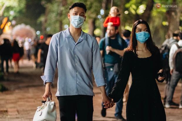 Bất chấp dịch virus Corona, giới trẻ Hà Nội vẫn đổ ra đường đông nghịt trong tối Valentine - Ảnh 12.