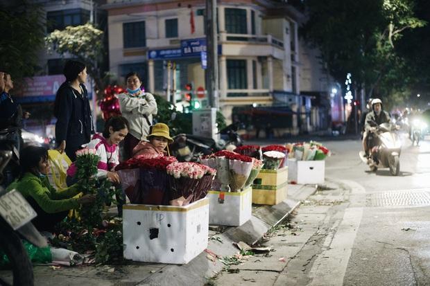 Valentine mùa dịch: Ai cũng khẩu trang kín mít, hàng hoa quà năm nay thất thu ghê - Ảnh 11.