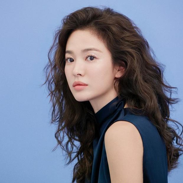 Trời ơi Song Hye Kyo khoe ảnh mới với mái tóc xù, visual thăng cấp 100 lần bạn đã biết chưa? - Ảnh 1.