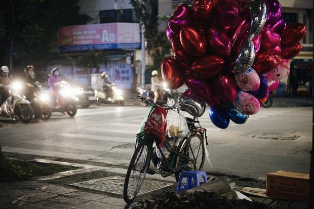 Valentine mùa dịch: Ai cũng khẩu trang kín mít, hàng hoa quà năm nay thất thu ghê - Ảnh 10.