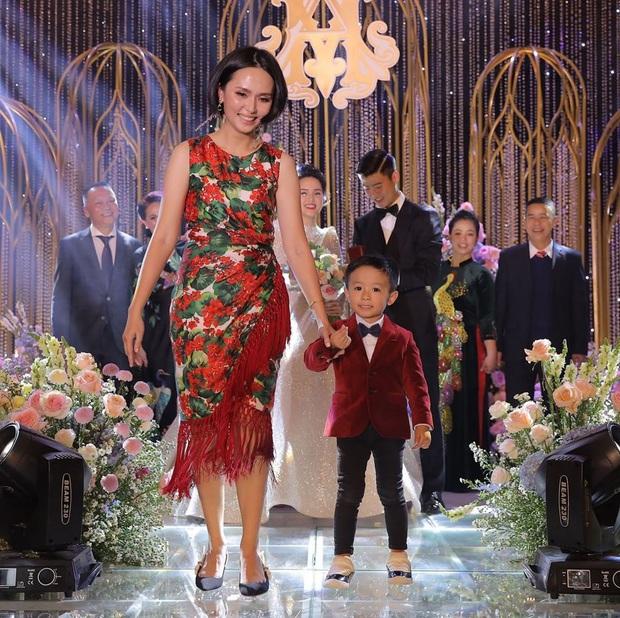 Chị em Huyền My  - Quỳnh Anh giờ mới khoe ảnh chụp chung trong đám cưới: Đọ dáng thì ai hơn ai nè? - Ảnh 2.