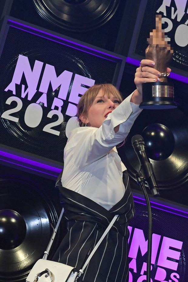 Taylor Swift vừa dự lễ trao giải âm nhạc quy mô nhỏ, vừa giơ ngón tay thối đầy thách thức như thể đang cà khịa Grammy đấy à? - Ảnh 3.