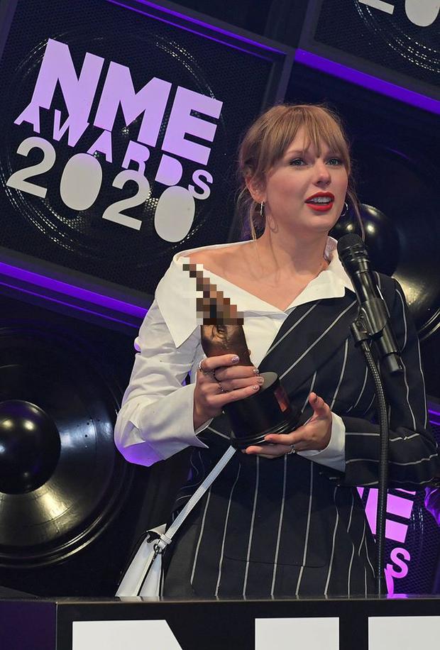 Taylor Swift vừa dự lễ trao giải âm nhạc quy mô nhỏ, vừa giơ ngón tay thối đầy thách thức như thể đang cà khịa Grammy đấy à? - Ảnh 4.