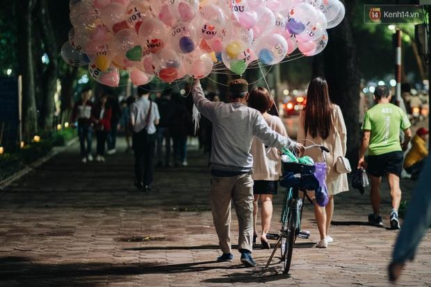Bất chấp dịch virus Corona, giới trẻ Hà Nội vẫn đổ ra đường đông nghịt trong tối Valentine - Ảnh 9.