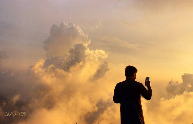 Sửng sốt trước đoạn video ngồi pha trà giữa biển mây đang gây bão mạng xã hội nước ngoài, hoá ra là điểm đến nổi tiếng nhất Ả Rập - Ảnh 11.