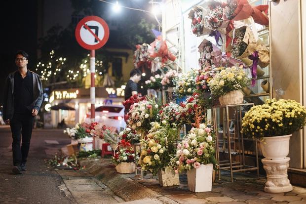 Valentine mùa dịch: Ai cũng khẩu trang kín mít, hàng hoa quà năm nay thất thu ghê - Ảnh 7.