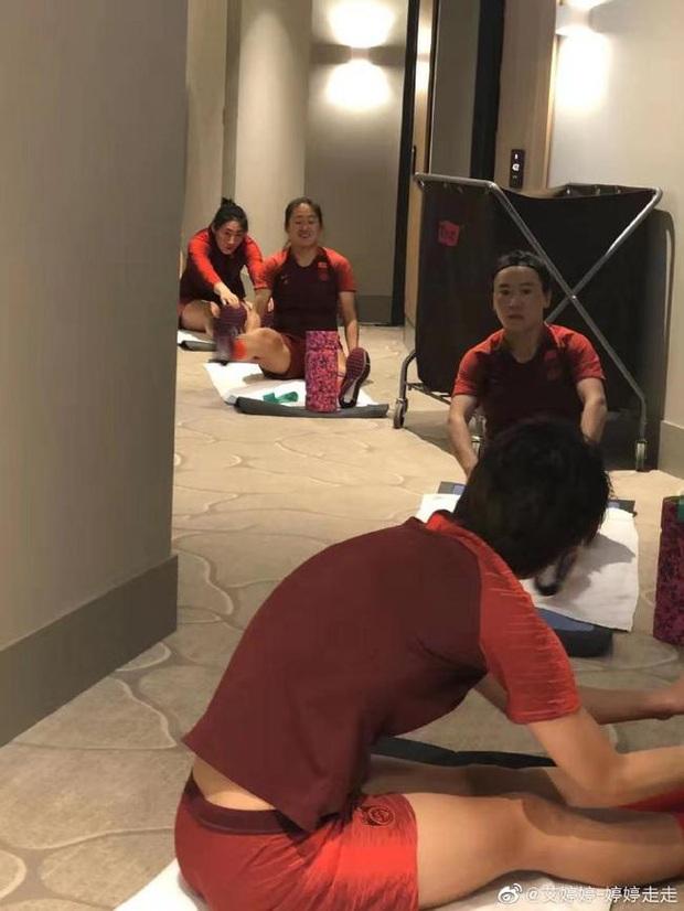 Báo Trung Quốc: Đội tuyển nữ bị cách ly tại khách sạn, không có bóng để tập luyện, học chiến thuật qua... nhóm WeChat - Ảnh 2.